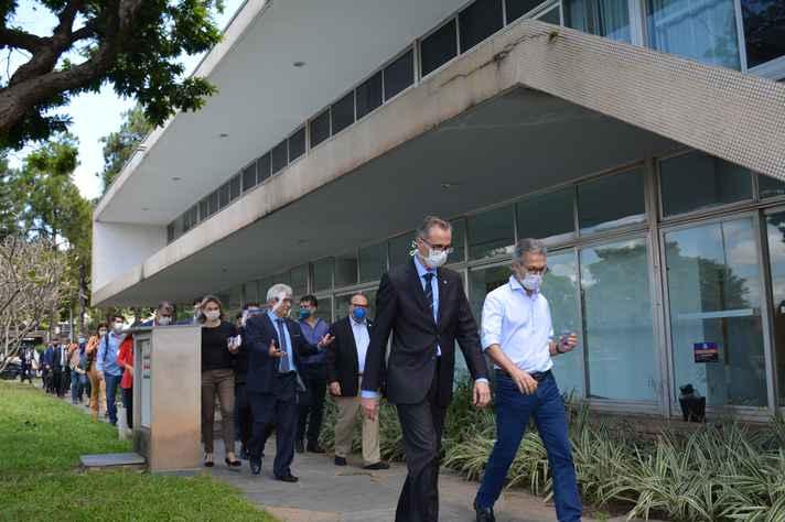 Vice-reitor Alessandro Moreira acompanha o governador de Minas até o saguão da Reitoria