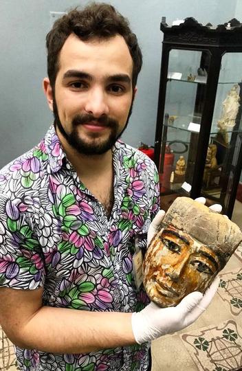 O historiador André Onofre com o fragmento de um sarcófago egípcio da coleção egípcia do Museu Mariano Procópio