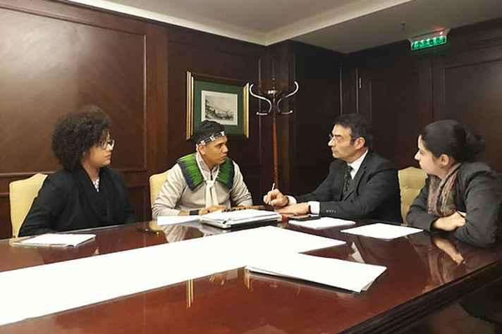 Douglas Krenak (de roupa clara), James Cavallaro, Carolina Pereira (à esquerda) e Amanda Drummond: reunião em Buenos Aires