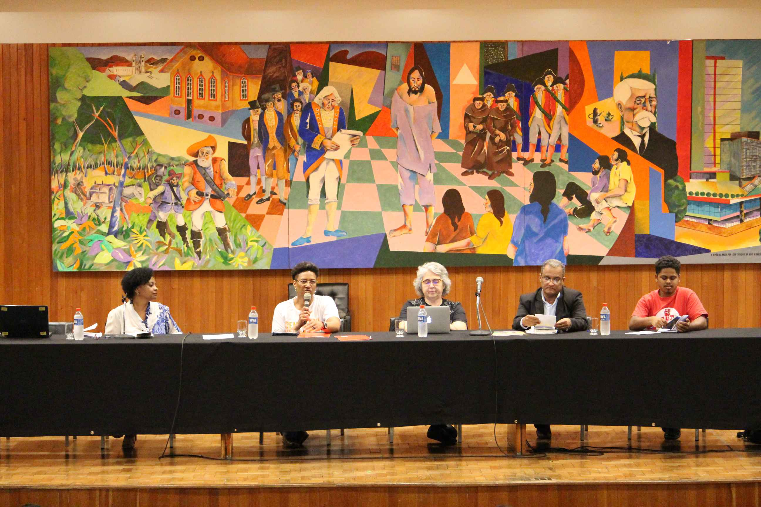 Compuseram a mesa as professoras Nilma Lino Gomes, Analise da Silva,Regina Helena Silva, o advogado Willian Santos e Edinho Vieira