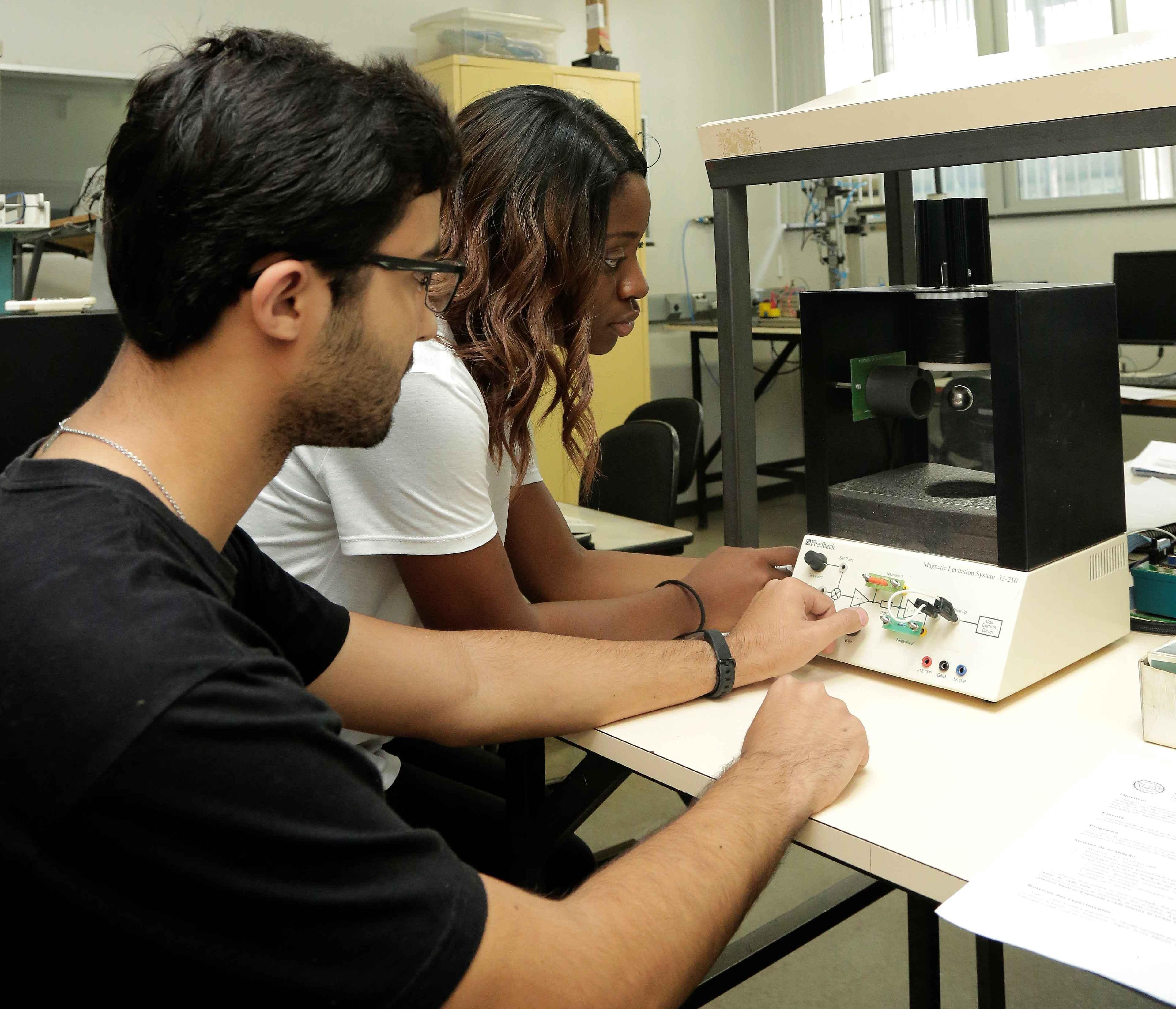 Estudantes de graduação no Laboratório de Controle e Automação da Escola de Engenharia: normas afetam rotina acadêmica