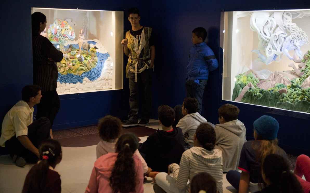 Visita guiada em um ambiente do museu: encontro entre as pessoas e o saber