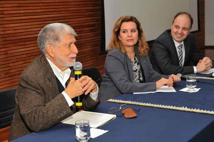 O ex-ministro Celso Amorim na mesa com a reitora Sandra Goulart Almeida e com o diretor de Relações Internacionais, Aziz Tuffi Saliba