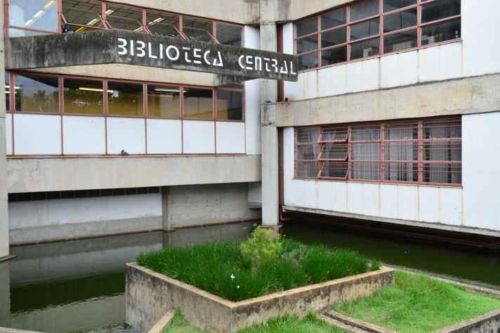 Jardim da Biblioteca estava sem a planta há mais de um ano