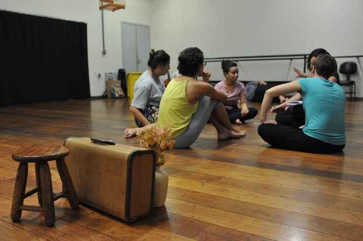 Bastidores de uma apresentação teatral na Escola de Belas Artes.