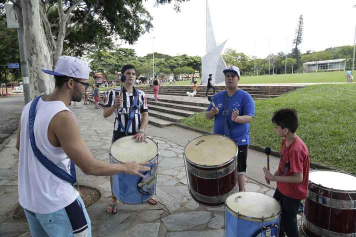 Oficina de percussão mobilizou participantes de todas as idades