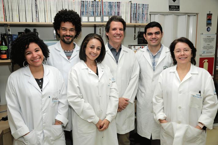 Estudo envolveu pesquisadores do ICB e da Faculdade de Medicina. A partir da esquerda: Andressa França, Marcone Loyola, Paula Vidigal, Cristiano Lima, Antônio Carlos Melo e Maria de Fátima Leite