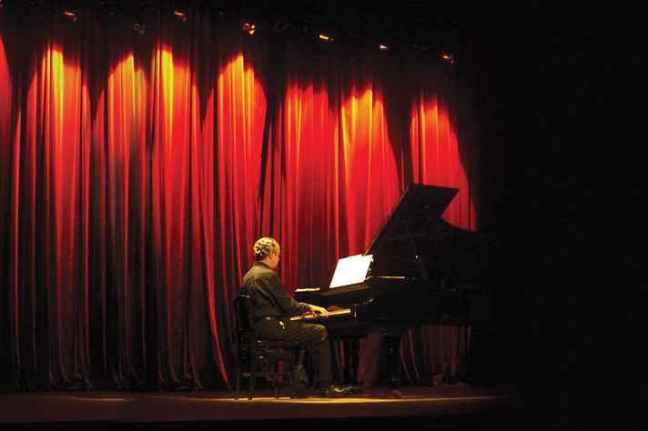 João Gabriel ao piano: medicina é