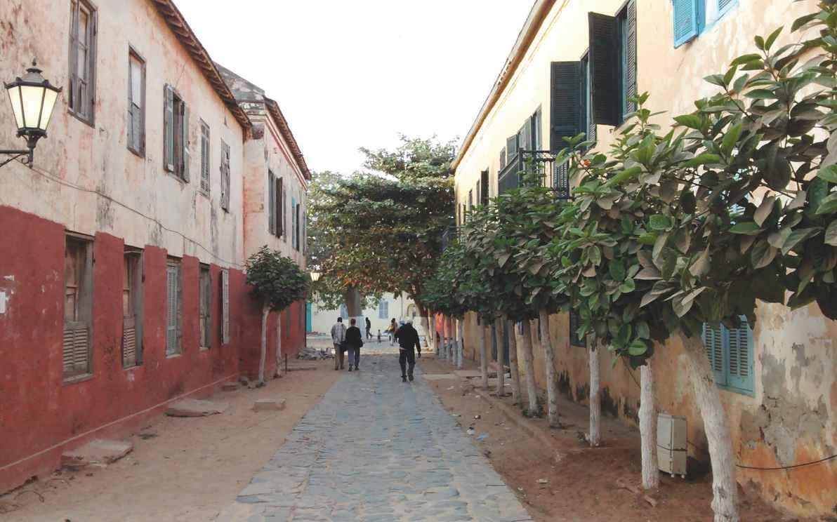 Rua da Ilha de Gorée, Senegal, que foi entreposto do tráfico atlântico de pessoas escravizadas