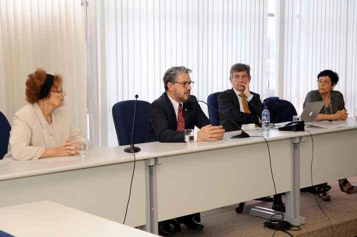 Fábio Alves (ao microfone) compôs a mesa inicial com Rosa Greaves (roupa clara), diretora para assuntos da América Latina da UoG, James Conroy, vice-reitor para Internacionalização, e Cristina Augustin, professora do IGC