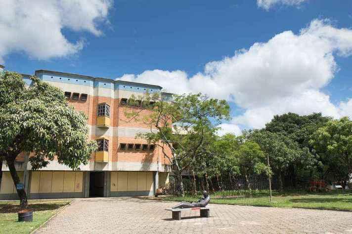 A revista PÓS está vinculada ao Programa de Pós-graduação em Artes da Escola de Belas Artes (EBA)