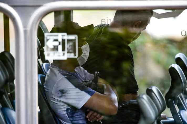 Usuário do transporte público usando máscara