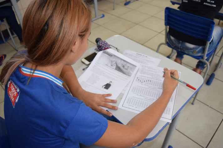Aluna se prepara para o Enem na Bahia: reforma do ensino médio é um dos eixos do evento