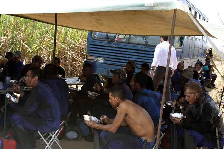 Falta de locais adequados para alimentação é uma das ocorrências mais comuns registradas por fiscais do trabalho em áreas rurais