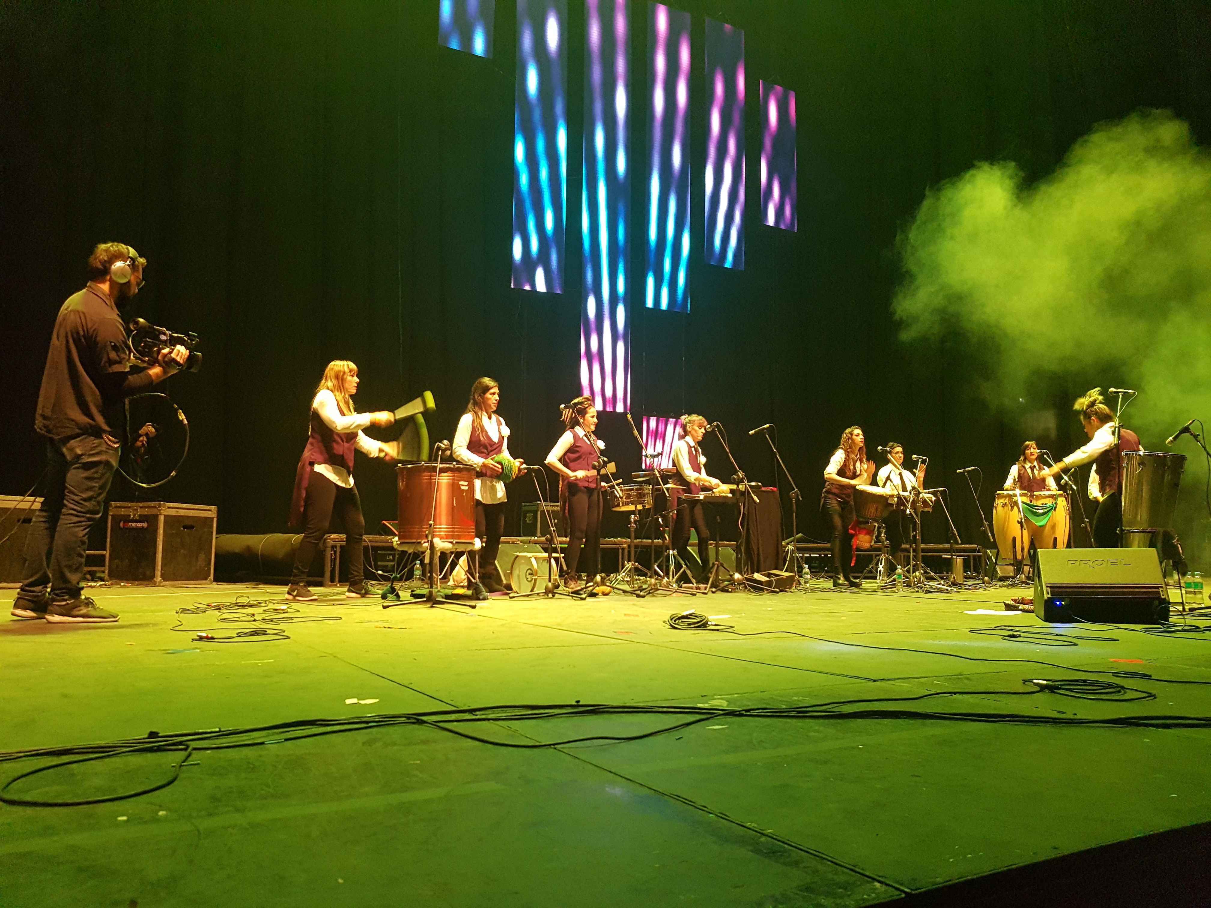 O grupo Tamboreras Ensamble liderado por Vivi Pozzebón: ritmos afrolatinos