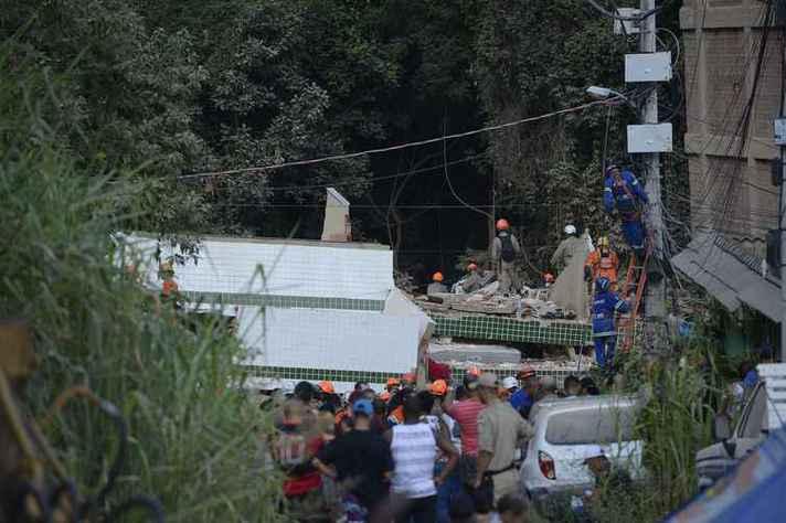 Bombeiros fazem trabalhos de buscas após desabamento de prédio em Muzema, no Rio de Janeiro