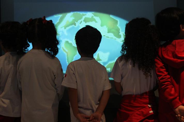 Estudantes em visita à exposição 'Demasiado humano'