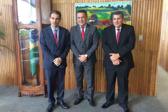 O ministro Manuel Heitor e os reitores Jaime Ramírez e António Cunha durante encontro na UFMG