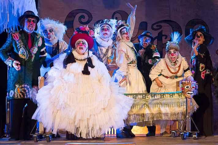 Clássico narra a chegada de uma companhia teatral decadente a uma vila mágica
