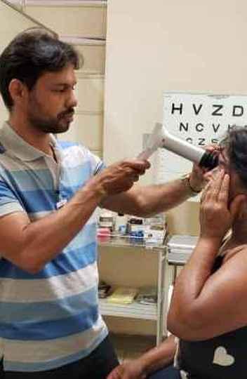 Exame de fundo de olho para diagnóstico da retinopatia feita com aparelho portátil