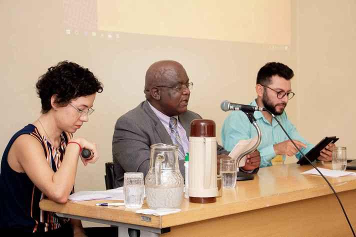 O congolês Félix Caputo entre o diretor de Ação Cultural, Rodrigo Vivas, e a tradutora Alice Peixoto