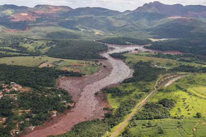 Rejeitos da barragem de Brumadinho desaguaram no rio Paraopeba