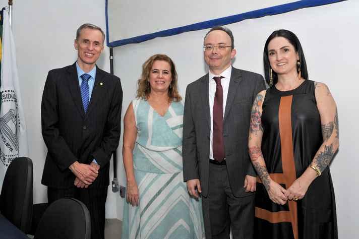 O vice-reitor Alessandro Fernandes, a reitora Sandra Goulart e os diretores empossados, Bruno Wanderley e Thaís Porlan