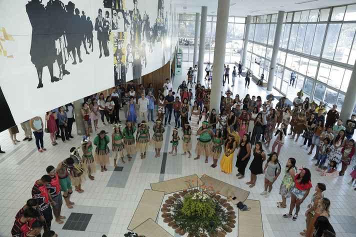 Indígenas reunidos em prédio da reitoria