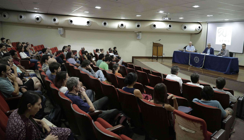 Público acompanha conferência do linguista norte-americano realizada em auditório da Face