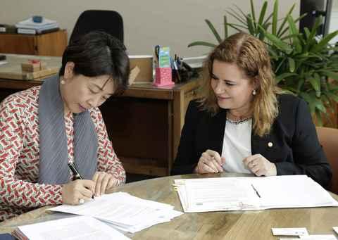 Li Jiashan e Sandra Goulart Almeida assinam documento que estabelece parceria entre universidades