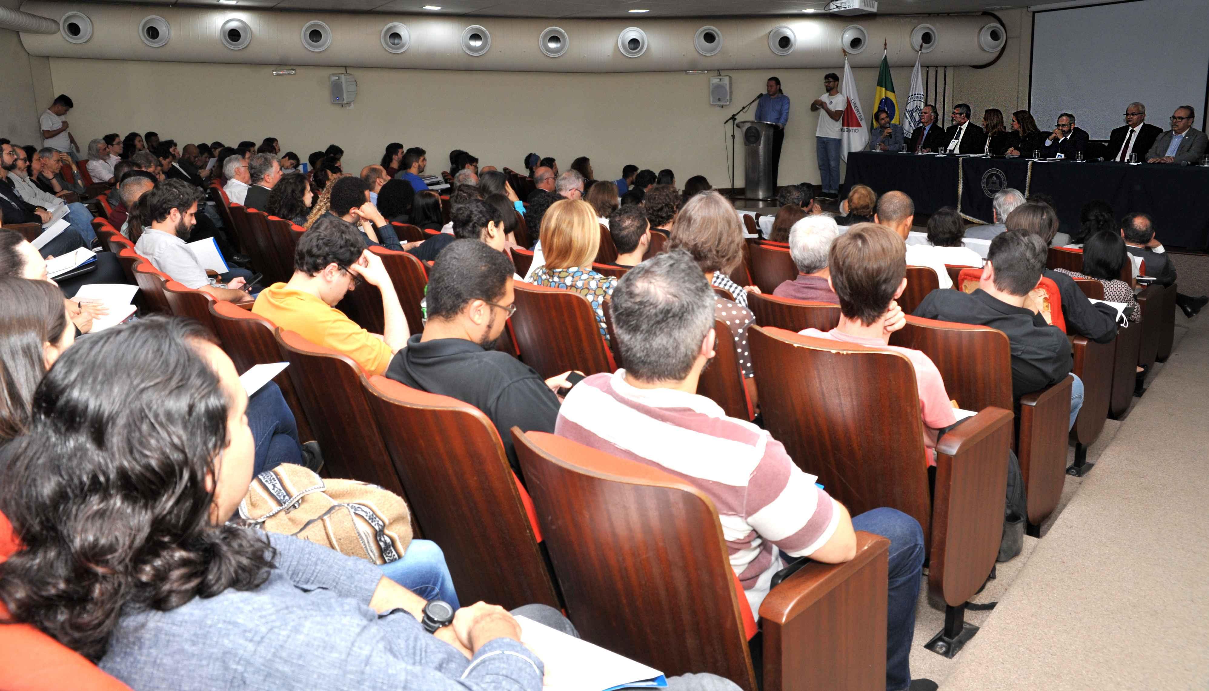 Público lotou auditório 1 da Faculdade de Ciências Econômicas, que em seguida receberia conferência do jurista, historiador e diplomata Rubens Ricupero