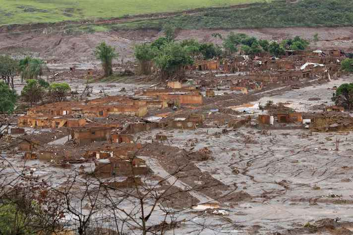 Vista do distrito de Bento Rodrigues, em Mariana, após o rompimento da barragem