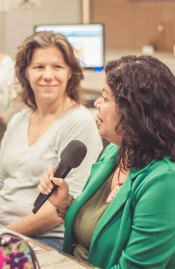 Na redação da Rádio UFMG, as professoras Sônia Pessoa (à dir.) e Joana Ziller (à esq.)