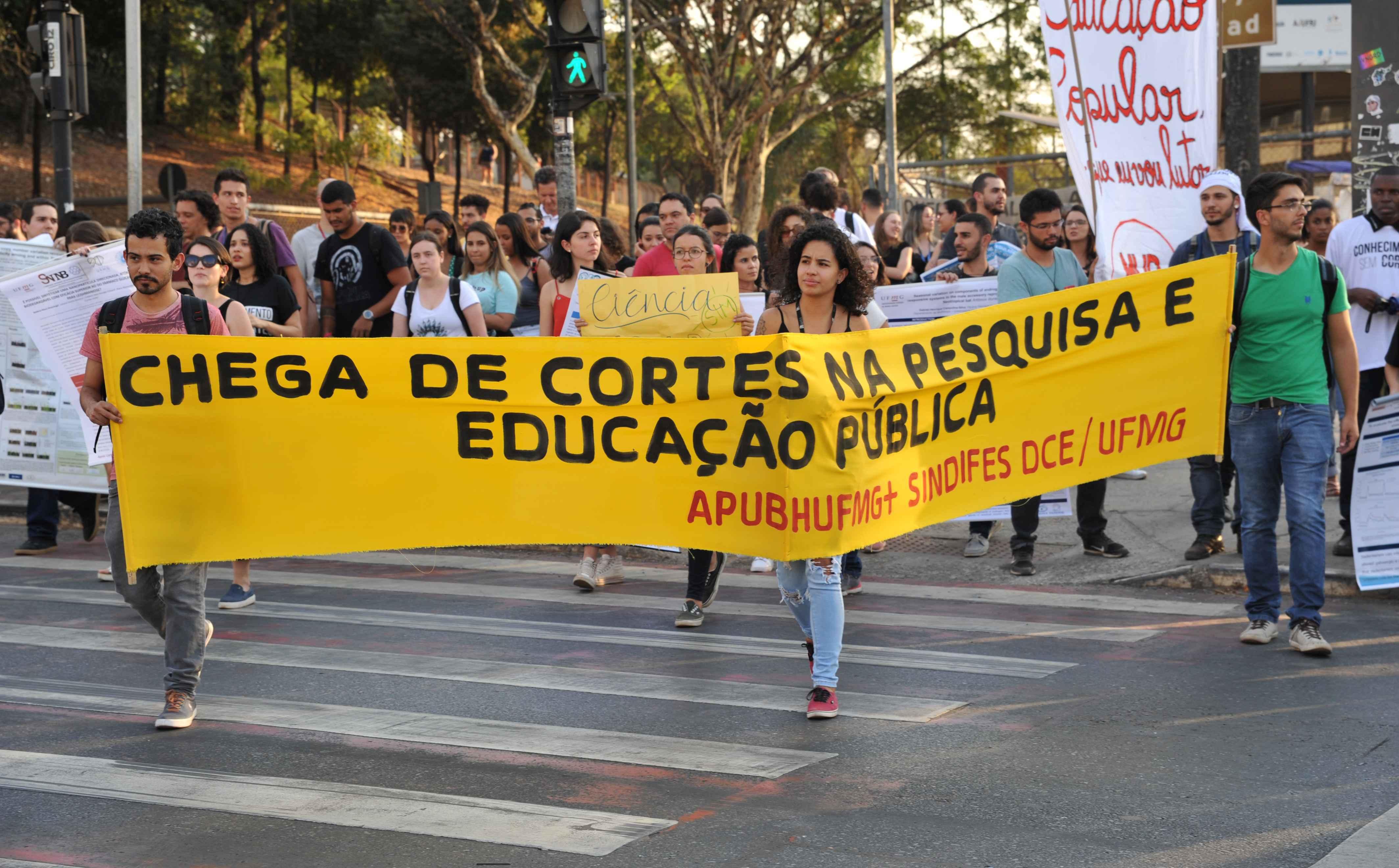 Faixa é exibida a motoristas na Avenida Antônio Carlos