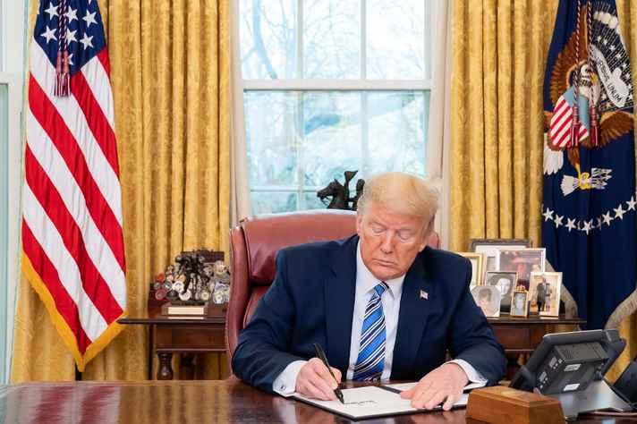 O presidente do EUA, Donald Trump, assina um memorando sobre a disponibilização de máscaras faciais