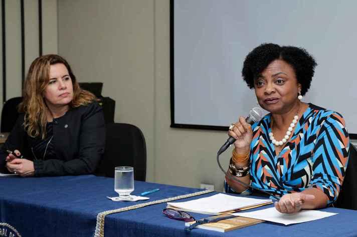 A reitora Sandra Regina Goulart Almeida apresenta a professora Nilma Lino Gomes