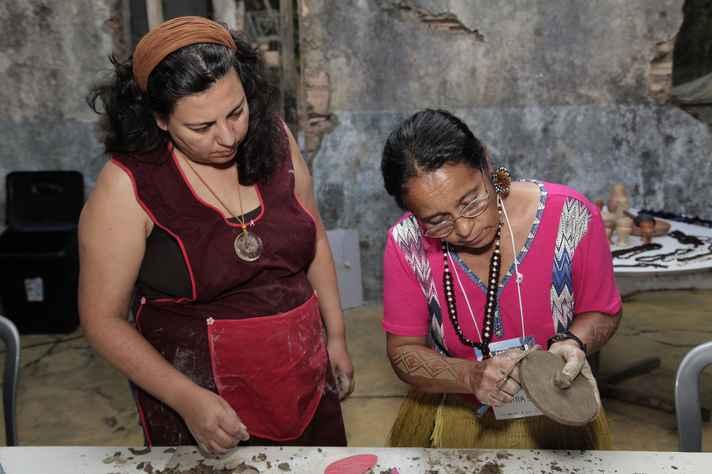 Dalzira Xakriabá ensina como fazer o acabamento das peças