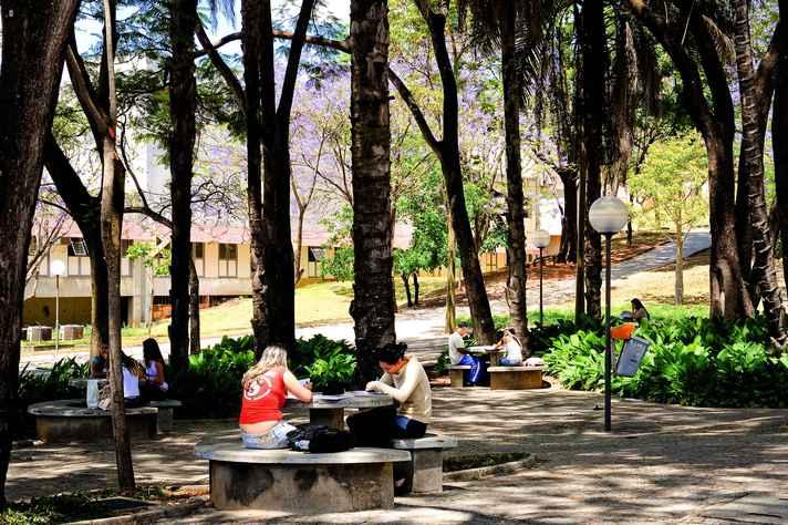 Estudantes da UFMG em área de convivência no campus Pampulha