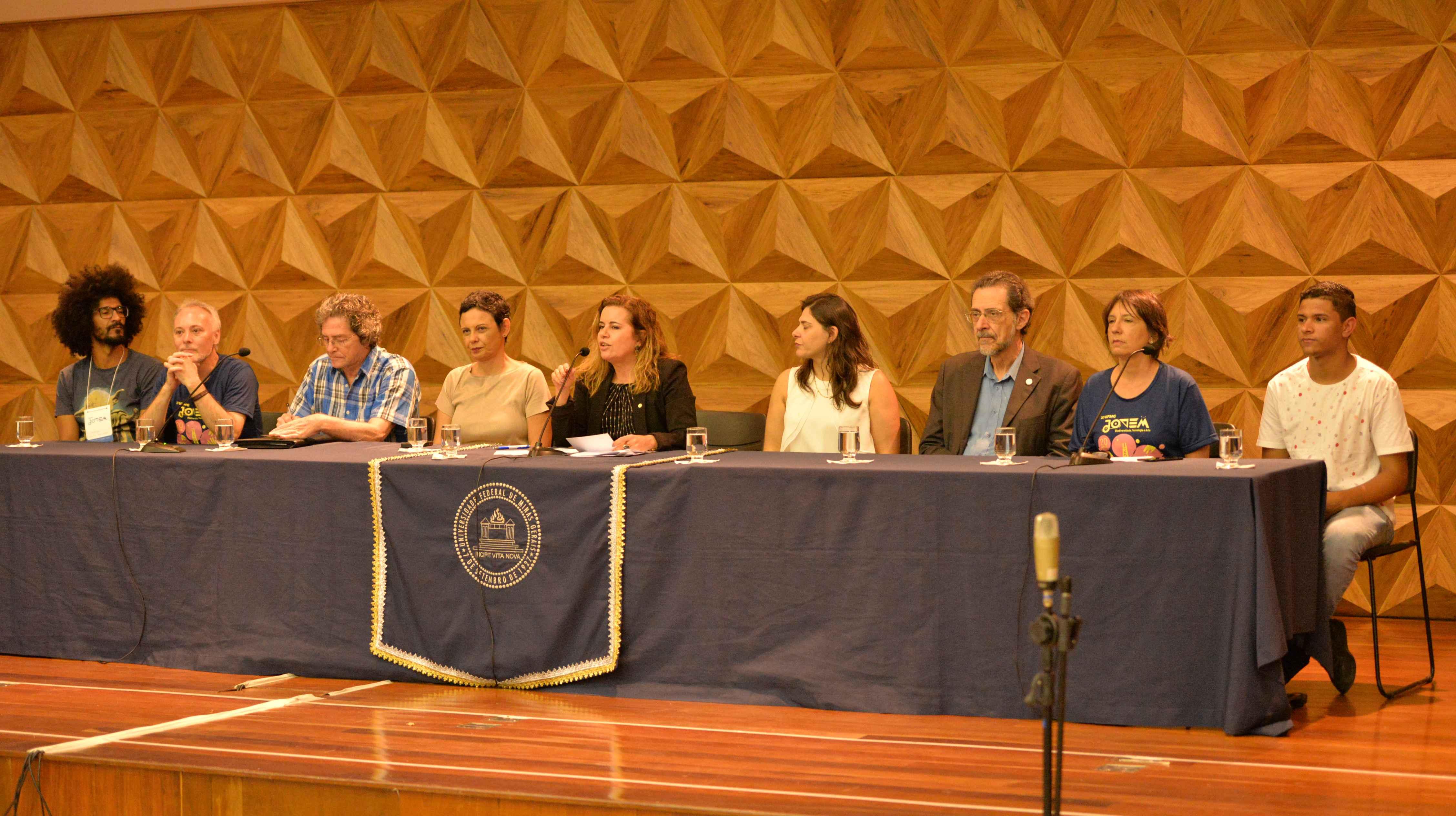 Sandra Goulart (no centro da mesa) desejou boas-vindas a estudantes e professores das escolas