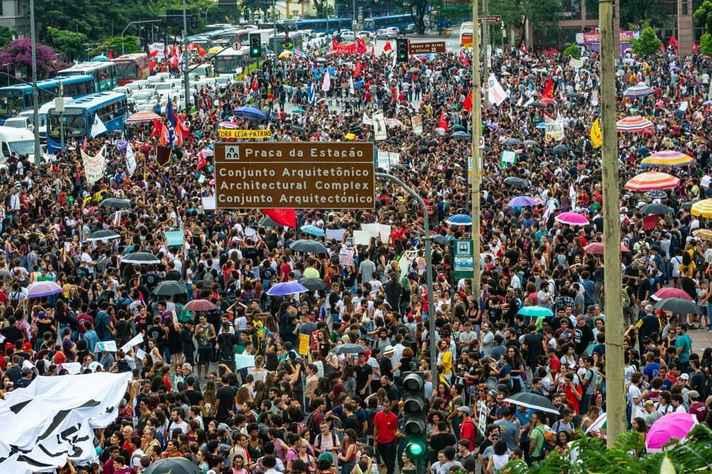 Manifestação contra o corte de verbas da Educação reuniu 250 mil pessoas, segundo os organizadores.