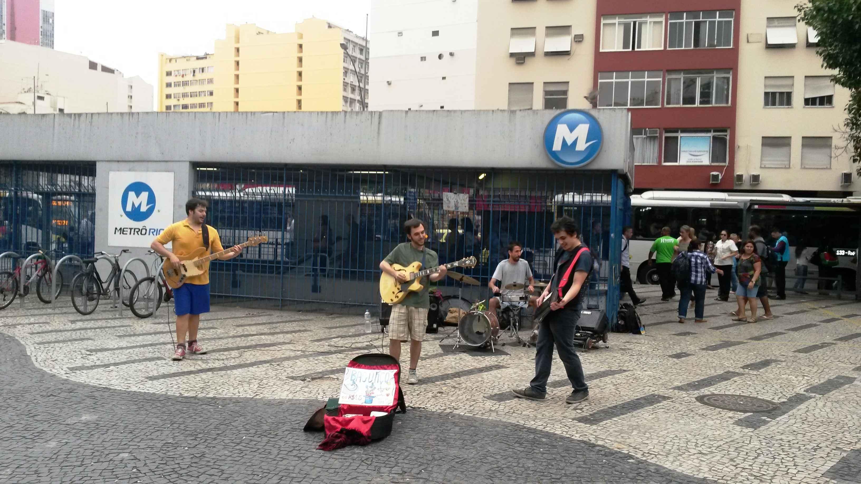 Músicos se apresentam na entrada da estação do metrô, no Largo do Machado, no Rio de Janeiro