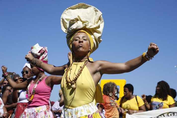 Mulheres marcham em Copacabana para celebrar o Dia da Mulher Negra Latino-Americana e Caribenha
