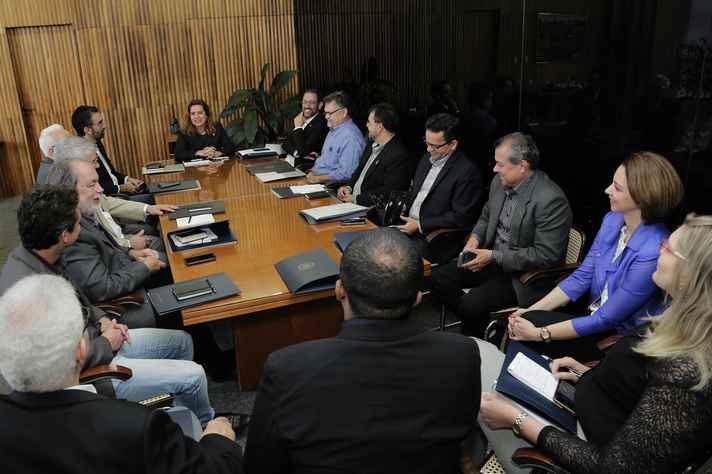 Vice-reitora Sandra Goulart Almeida (ao centro) recebe comitiva cearens
