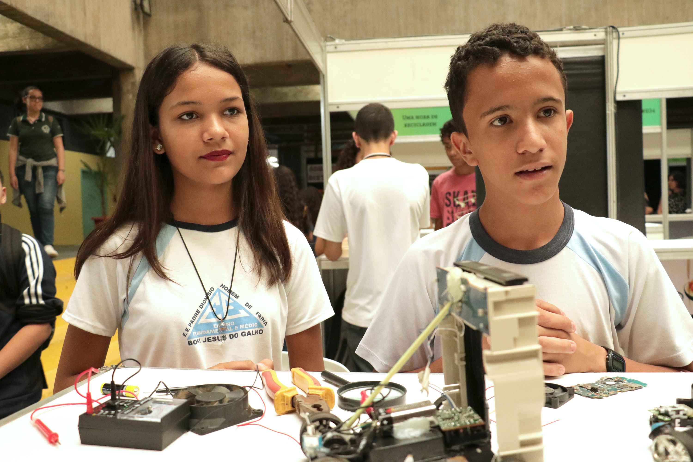 Thais Moreira e Stanley Abrão: reaproveitamento do lixo eletrônico e educação ambiental
