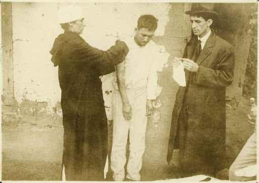 Socorro a um homem enfermo da gripe espanhola no Morro da Mangueira, no Rio de Janeiro, em 1918