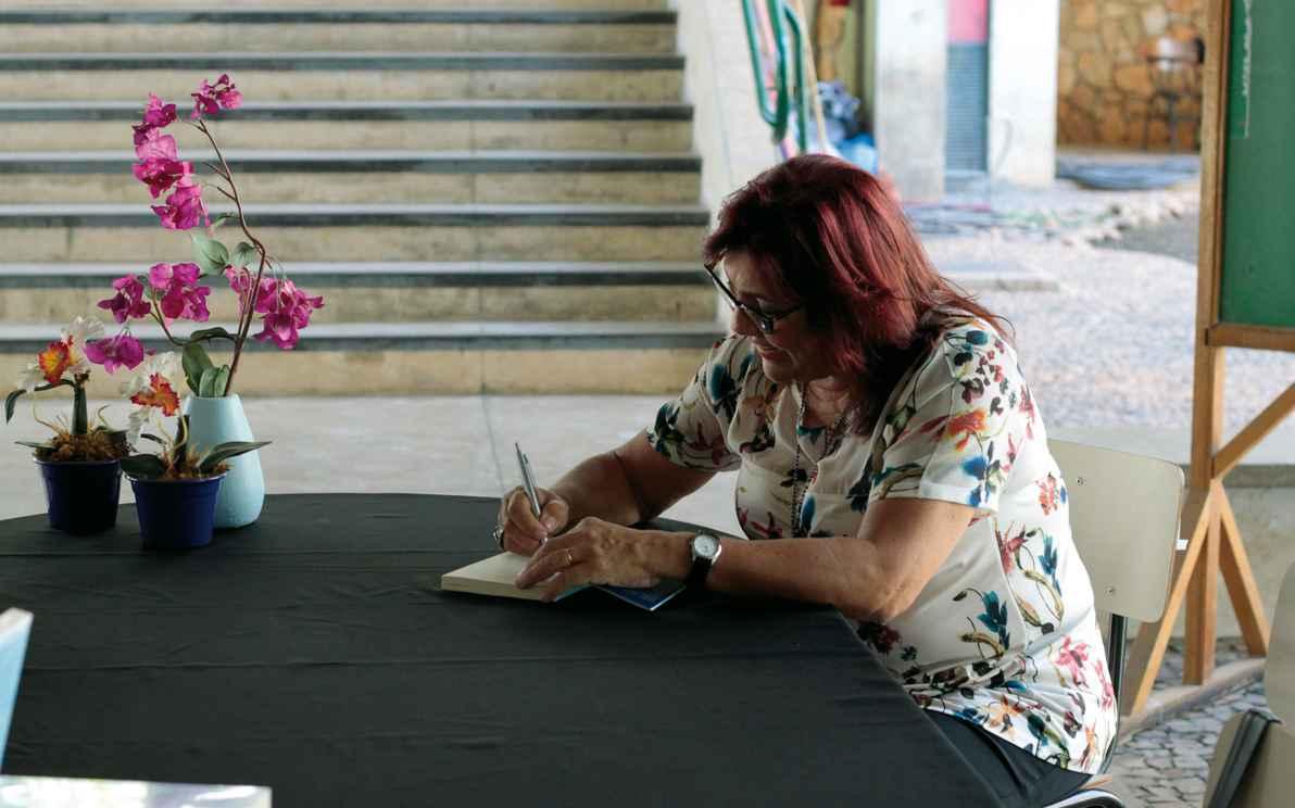 Cassandra em sessão de autógrafos na Fafich