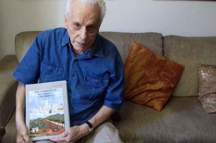Escritor e jornalista José Maria Rabelo
