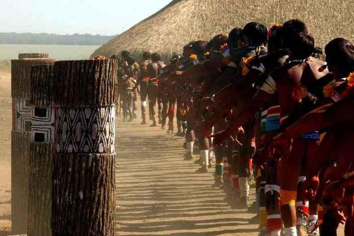 Dança em volta dos troncos que representam os mortos homenageados no 'Quarup', um dos mais importantes festejos indígenas da região do Xingu, na Amazônia