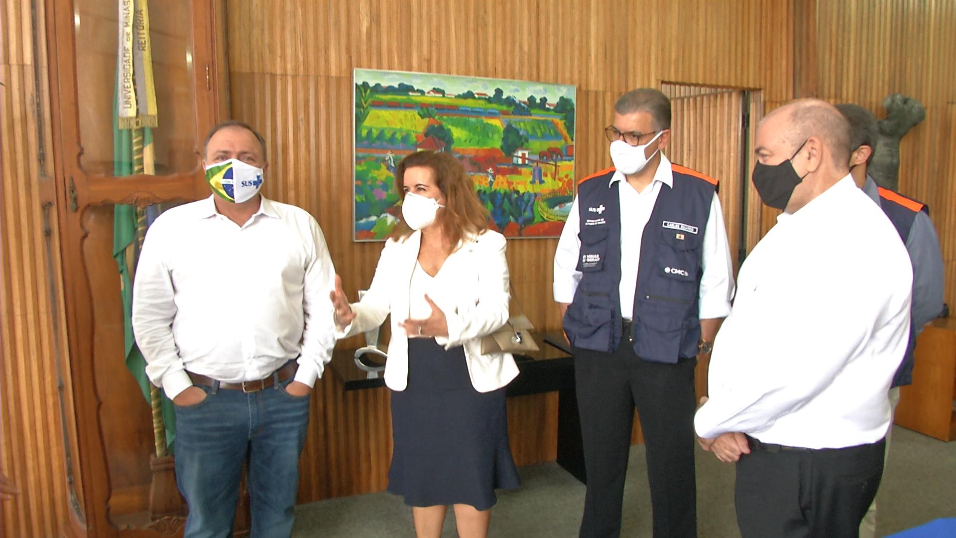 Eduardo Pazzuelo, a reitora Sandra Goulart Almeida, o secretário de Saúde de Minas Gerais, Carlos Eduardo, e Arnaldo Medeiros