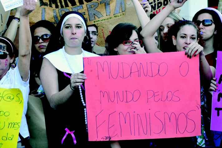 Acima, eleitoras do Rio Grande do Norte, as primeiras a conquistarem  o direito ao voto no Brasil, em 1928; abaixo, a 'Marcha das vadias',  em Brasília, em 2011